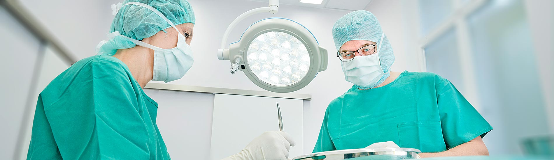 Chirurgische Praxis am Spreebogen – Dr. Jörg Müller beim Operieren