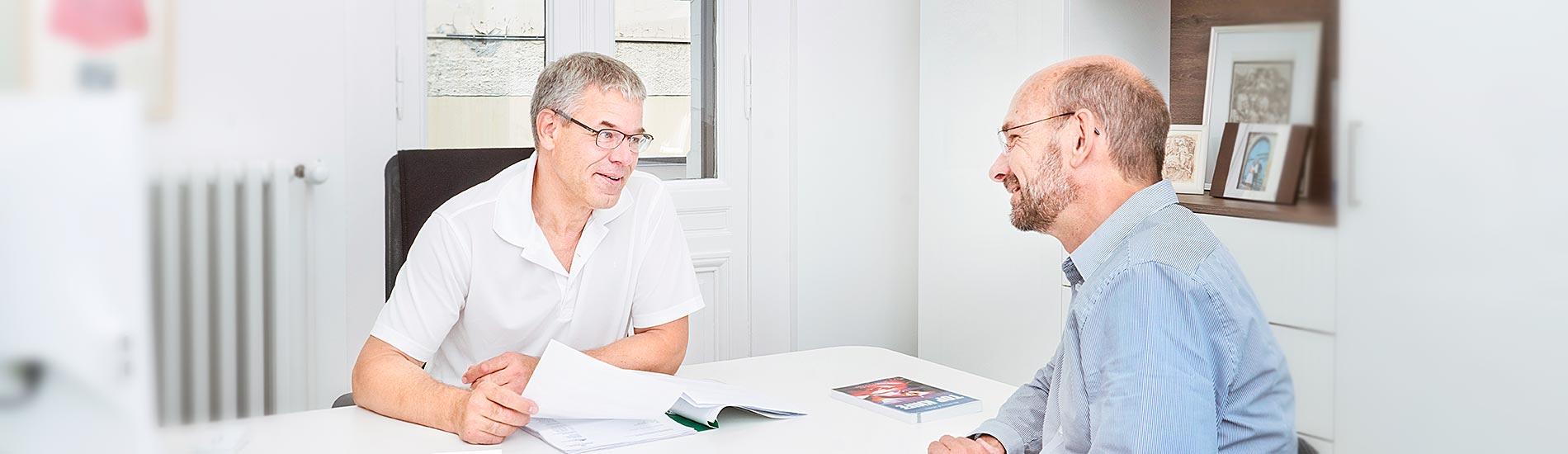 Chirurgische Praxis am Spreebogen – Dr. Jörg Müller im Patientengespräch